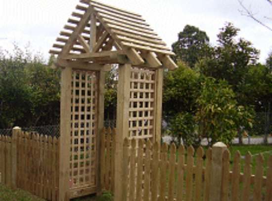 peaked-top-arbor-diy-backyard-arbor