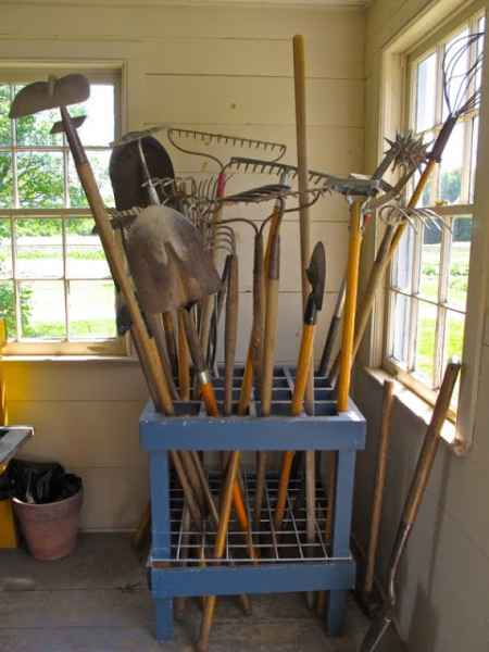14-creative-ways-to-store-shovels-rakes-and-vetical-gear